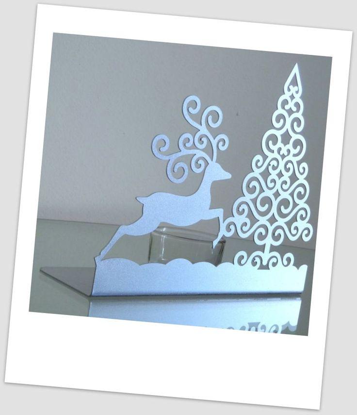 www.abgHomeArt.pl Nowoczesny metalowy świecznik w kształcie choinki i biegnącego renifera z szklanym przeźroczystym pojemnikiem na świeczkę typu tealight.  Stylowy i ciekawy wzór sprawia, że świecznik będzie niebanalnym elementem dekoracyjnym każdego nowoczesnego wnętrza oraz idealnym prezentem dla osób ceniących nietypowe dodatki do wnętrz.