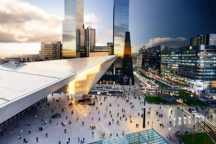 De zon beschijnt Rotterdam Centraal, maar de nacht heerst al op het Weena. Weer zo'n fotografische zinsbegoocheling van Lars van den Brink. De opname is gemaakt vanaf het dak van het Groot Handelsgebouw.
