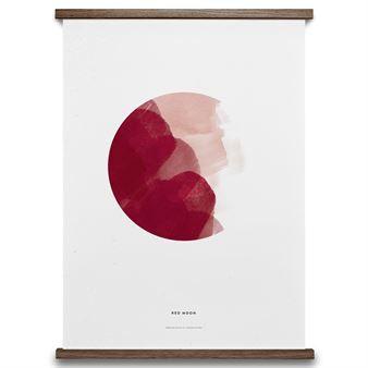 Den stilfulla postern Red Moon är skapad av designstudion All The Way To Paris för danska Paper Collective. Postern är baserad på ATWP's populära kalender i akvarell som visar månens olika faser, från isigt blått till intensivt rött. Precis som övriga motiv från Paper Collective går en del av försäljningen till välgörande ändamål, just denna är framtagen i förmån för kvinnligt entreprenörskap i utvecklingsländer.
