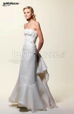 http://www.lemienozze.it/gallerie/foto-abiti-da-sposa/img34689.html Abito da sposa con corpino in macramè e gonna in organza con volant che formano lo strascico