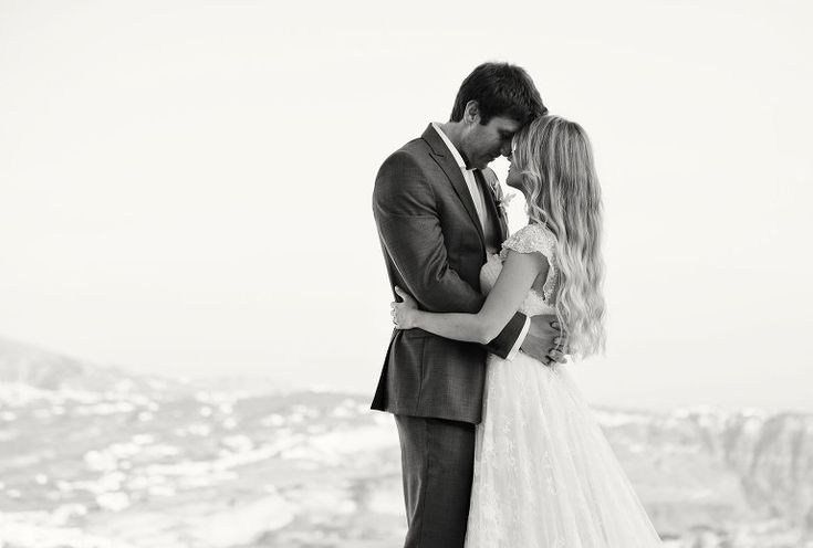 Couples session in Santorini #santoriniwedding #weddingphotography #brideandgroom