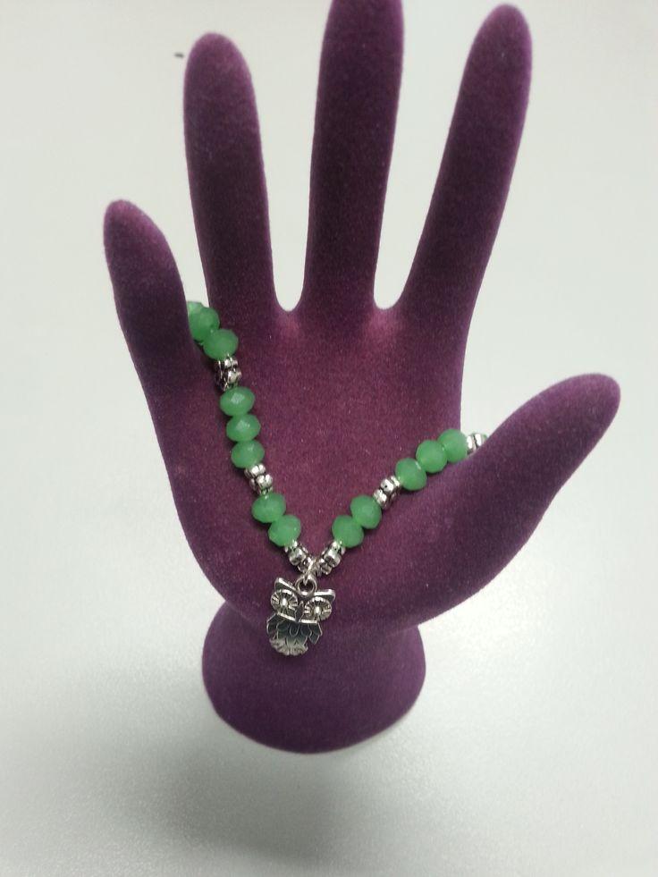 Pulsera de piedras verdes con pequeños remaches entre ellas y un búho de plata. Perfecta para cualquier ocasión.