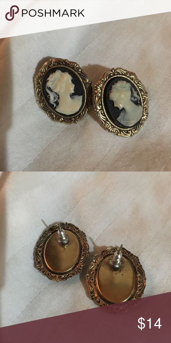 Vintage Cameo earrings ✨ Gold plated vintage Cameo earrings in beautiful condition to add to your collection ✨ Cameo Jewelry Earrings