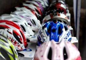23-Apr-2013 9:29 - ADVIES: HELM VOOR 55+-FIETSER. Fietsers boven de 55 jaar zouden een helm moeten dragen. Dat adviseert het veiligheidsinstituut VeiligheidNL naar aanleiding van een groot onderzoek naar de verkeersveiligheid van fietsers. De resultaten van dat onderzoek worden vandaag gepresenteerd. Oudere fietsers raken bij eenzijdige ongelukken veel vaker ernstig gewond dan fietsers jonger dan 55 jaar. Volgens VeiligheidNL komt dat doordat de motorische vaardigheden en de balans bij...