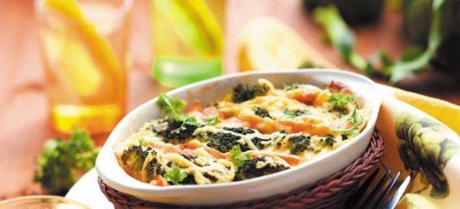 Максимально диетической и полезной является запеканка из филе рыбы и овощей. Если нужно сделать кушанье посытнее, в его состав включают картофель. Более легким блюдо будет с кабачком, цветной капустой или брокколи, а пикантным с добавлением болгарского перца и стеблевого сельдерея. Ингредиенты: филе рыбы – 500 г; кабачок – 300 г; цветная капуста – 300 г;