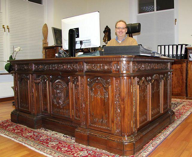 Best 25 resolute desk ideas on pinterest - Oval office desk ...