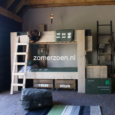 #stapelbed voor 2 kindjes. Superstoer met veilingkisten op wielen onder het bed. http://www.zomerzoen.nl/stapelbed-bink.html