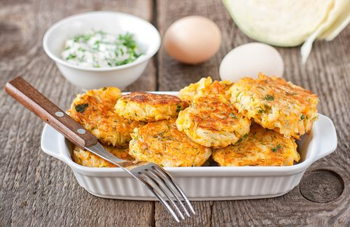 Préparation: 1. Pelez les pommes de terre et les carottes et lavez-les. Râpez finement les pommes de terre puis mettez-les dans un torchon et pressez-les pour éliminez l'eau. Râpez les carott…