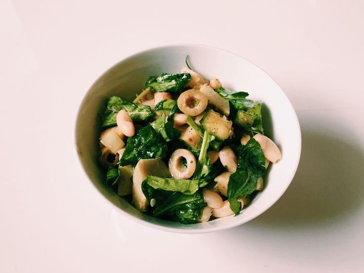 #82: Salada de feijão branco com alcachofra –  Ingredientes: feijão branco cozido rúcula fatiada alcachofra fresca assada com alecrim abobrinha assada com pimenta do reino azeitona verde fatiada  Tempero: azeite sal