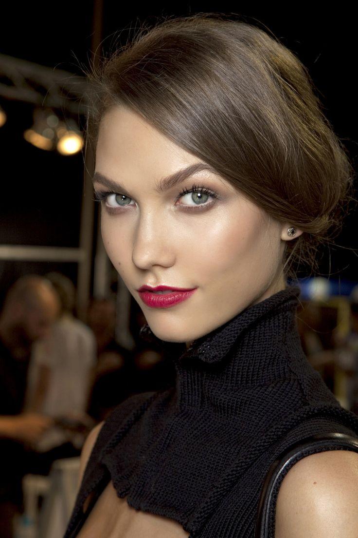 oh lalala - Karlie Gloss mit rotem Dior Lippenstift. Erfahr hier mehr über das Supermodel und beste Freundin von Taylor Swift. #Karlie #Kloss #Dior
