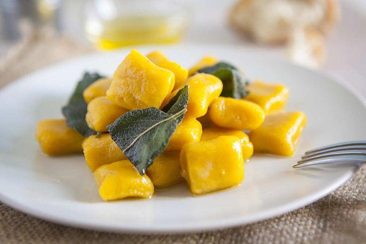 Ricetta gnocchi con polenta avanzata - La ricetta per riutilizzare la polenta avanzata e trasformarla in un primo piatto delizioso: gli gnocchetti gialli con i porri.