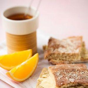 Kauraleseleipä | Kauraleseleipä leivotaan pellin kokoisena peltileipänä. Peltileipä valmistuu nopeasti, sillä taikina jätetään löysäksi ja vaivataan vain vähän. Lisäksi taikina kohotetaan vain kerran pellillä.