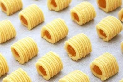 Resep Nastar Gulung Spesial ini memiliki tekstur yang sangat lembut dan meleleh di mulut. Banyak ora