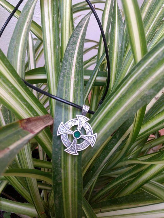 Replica de cruz celta de plata de ley de 925.Con cuero de 3mm de grosor y 50 cmts de largo. Las primeras cruces datan del siglo VII y no son high crosses, sino grabados en grandes piedras planas extendidas en el suelo. Las cruces propiamente dichas fueron erigidas por los monjes irlandeses