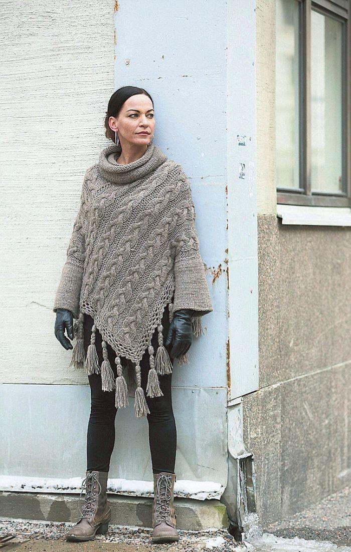 Virpi Siira on tehnyt monta hihallista ponchoa. Niitä hän pitää ajattomimpina ja kestävimpinä vaatteinaan.