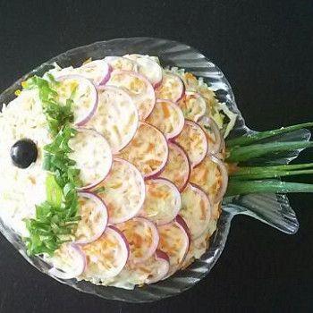 Слоеный салат с красной рыбой, рисом и овощами