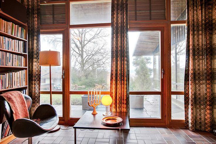 Rum tänkt som två sovrum, därav två altandörrar. Fasanstigen 4. Bjurfors.se
