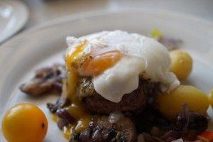 Parisertoast restylet med pocheret æg og tangpesto