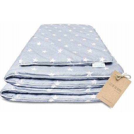 """Kołderka i podusia """"SilverStar"""". Pościel i poduszka są dwustronnie bawełniane, z jednej i drugiej strony śliczne białe gwiazdki na srebrnym tle. Dopełnienia stanowi urokliwa biała wypustka, którą obszyta jest dookoła kołderka i poduszka."""