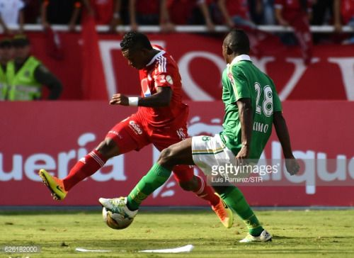 CALI, COLOMBIA - NOVEMBER 27: Brayan Angulo, of America vies for... #renteria: CALI, COLOMBIA - NOVEMBER 27: Brayan Angulo, of… #renteria