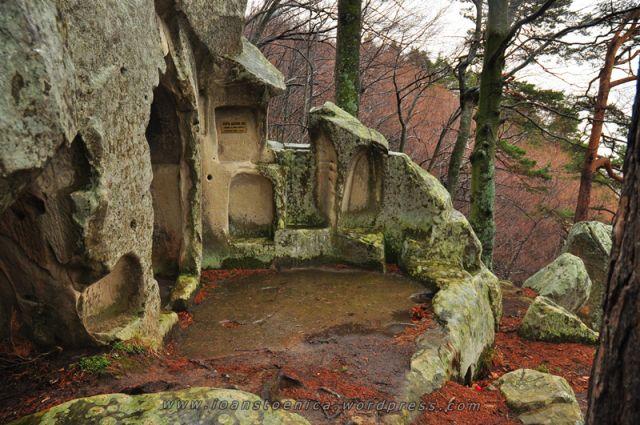 ruine la agatonul nou - asezari rupestre in muntii buzaului