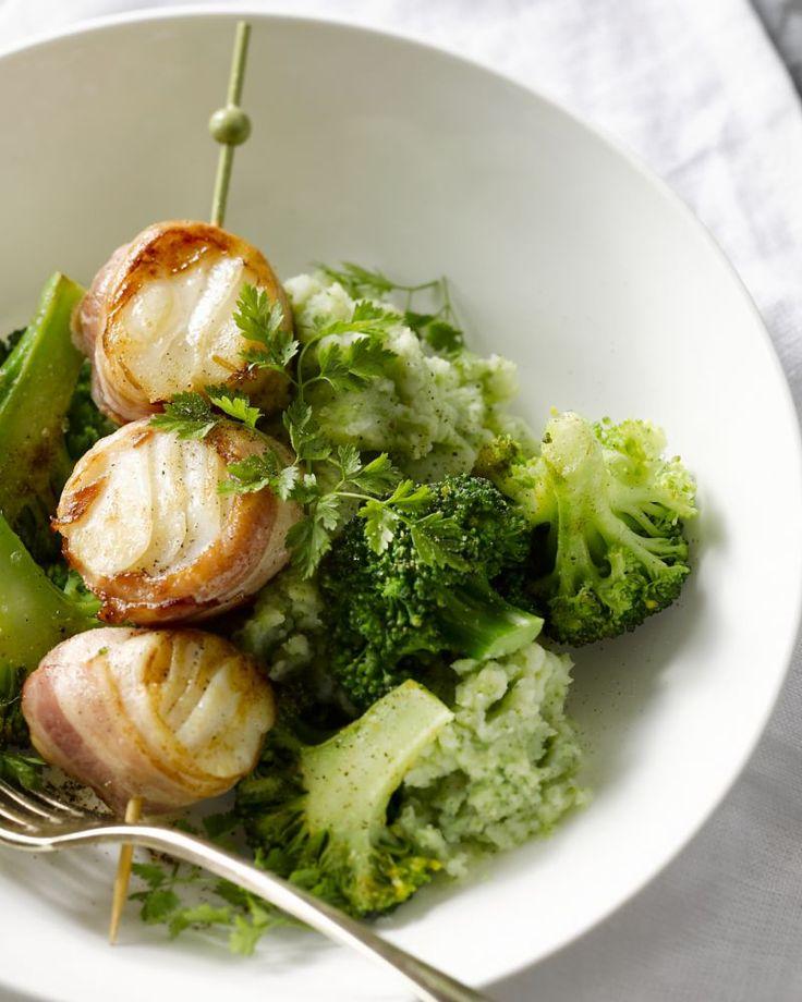 Deze originele spiesjes met kabeljauw en spek worden geserveerd op een groene aardappelpuree met broccoli. Een verrassende en voedzame maaltijd.