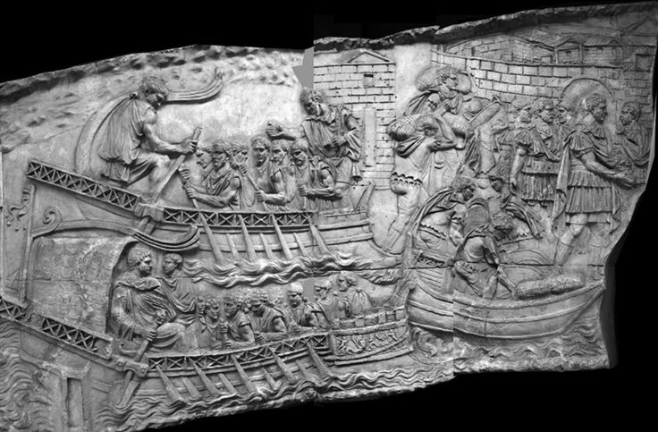 CETATEA TROPAEUM TRAIANI ESTE PREZENTĂ PE COLUMNA LUI TRAIAN. După incendierea de către daci sau aliaţii lor,  sarmaţi, a aşezării autohtone getice care exista încă din secolul I î.e.n. pe platolul amplasat pe malul râului, la Adamclisi (fapte care se petreceau prin anii 85-86 e.n.), romanii construiesc o fortificaţie timpurie cu zid de incintă masiv din piatră.