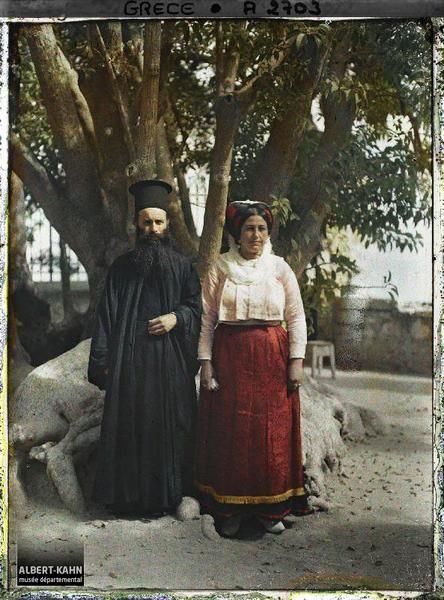Grèce, Corfou, Le Papas de Kouramades près de Corfou et sa femme Légende Un pope et sa femme en habits traditionnels Lieu ancien Corfou, Grèce Date de prise de vue 3 octobre 1913 Opérateur Auguste Léon