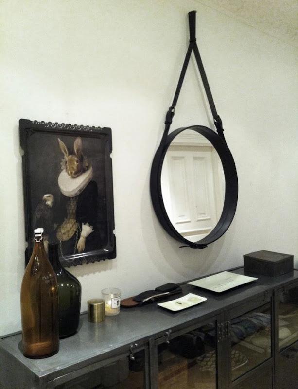 Bild från Artilleriet, Göteborg. DIY: Köp en rund spegel på loppis, ta av spegelglaset om det går och sätt ett rep runtom. Spraymåla! Glasa! Häng upp!
