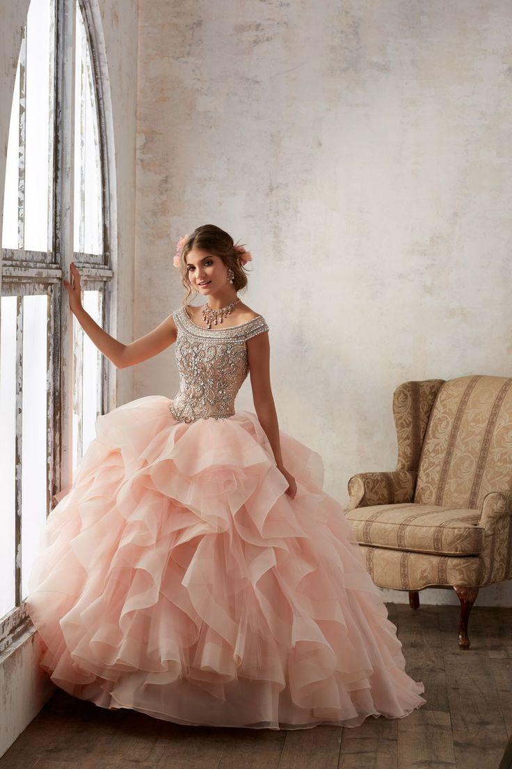 Asymetryczne falbany i błyszczący gorset sukni balowej VIZCAYA Romantyczne, opadające ramiączka z koralików. Dekolt typu łódka idealny dla Pań o …