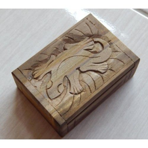 Kotak kayu 11x7 motif cicak  Panjang: 11cm  Lebar: 7cm  Tebal: 4cm  Bahan: Kayu Sono  Kotak Kayu Tempat Perhiasan, sangat cocok untuk anda pengoleksi perhiasan. Disini anda bisa menyimpan perhiasan anda, Ukiran Batik membuat Kotak Kayu ini sangat Unik dan Menarik, Tersedia dari ukuran Kecil untuk tempat Cincin, dan ukuran Besar tempat berbagai macam perhiasan.