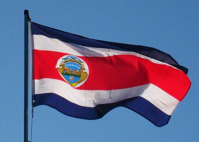 Este es la bandera de Costa Rica. Tiene rayas blancas, azules, y rojas. Disena en el ano 1848.
