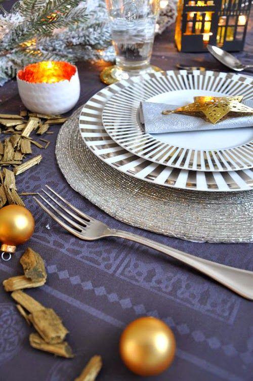Kék-arany karácsonyi asztaldekoráció