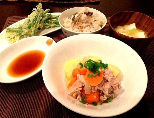 塩麹で肉じゃがを作りました。お肉の旨味が増した気がしました。 - 4件のもぐもぐ - 塩麹肉じゃが、さやいんげんの天ぷら、舞茸と筍の炊き込みごはん、キャベツと豆腐の味噌汁 by gohandaisuki