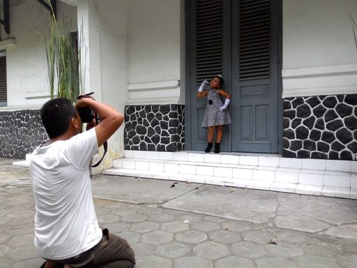 Gambar baju anak yang digunakan sebagai baju fashion show anak perempuan dalam konsep monokrom