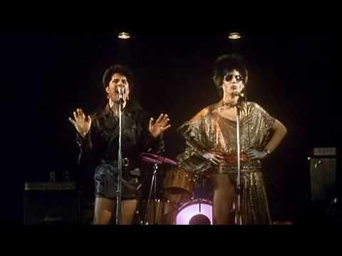 """Fabio McNamara y Pedro Almodóvar eran en un grupo musical de """"glam rock"""" durante La Movida Madrileña en las ochentas. Ellos eran un paradigma de la revolución cultural en Madrid y de la música popular."""