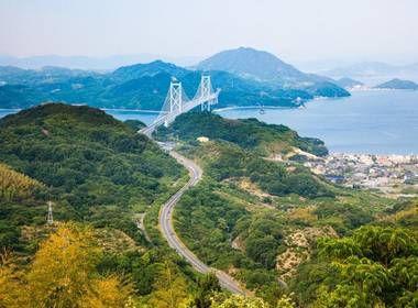 Avez-vous déjà visité Hiroshima ? La ville est plate, et donc idéale pour faire du vélo ! Très populaire parmi les cyclistes, la route de Shimanami Kaido traverse les îles sur la mer de Seto, au sud de la capitale du Chûgoku. #Japon #Vélo #Hiroshima #Cyclisme #Beauxpaysages