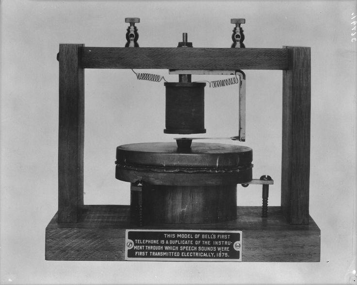 Réplique du premier téléphone de Bell. Mention: Bibliothèque et Archives Canada (MIKAN: 3348604).