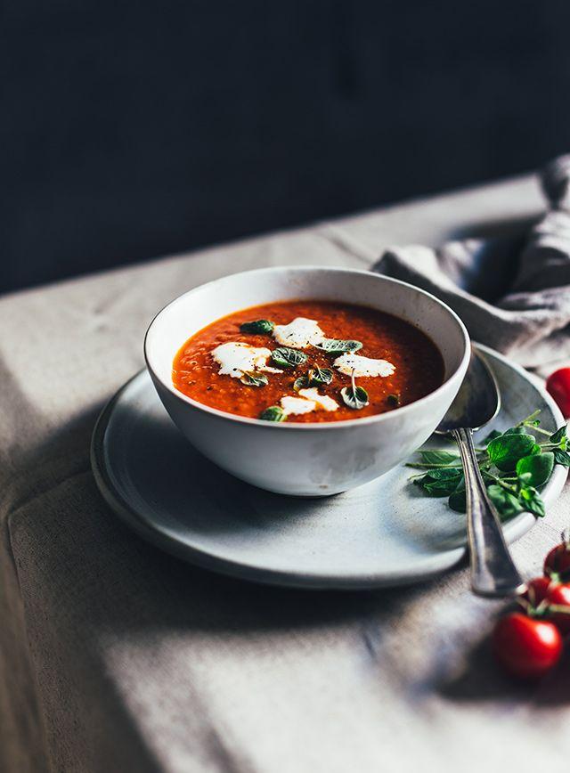 Selvom man næsten kan dufte foråret, så synes jeg stadig vejret indbyder til suppe og gryderetter. Det er egentlig ikke fordi der er noget specielt over denne suppe – jeg kan bare rigtig godt lide tomatsuppe, og derfor vil jeg gerne dele denne opskrift med jer. Tomatsuppener både nem og billig at lave. Sørg for …