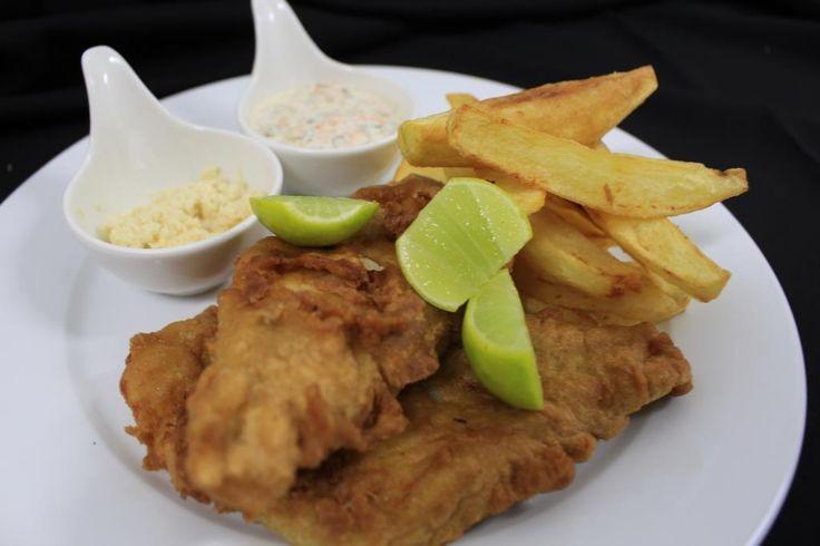 ::Fish and chips:: Pescado frito con papas fritas y salsas de rábano picante y tártara para untar.