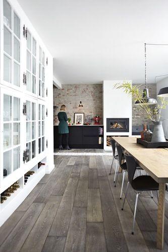 Lag sjarmerende vitrineskap på en hel vegg av MDF-plater og gamle sprossevinduer. Nederst kan du lage en hylle til oppbevaring av vin.