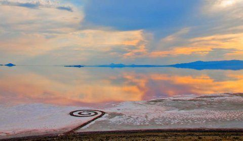 Spiral Jetty, Robert Smithson, Great Salt Lake, Utah, Stati Uniti. foto di Gianfranco Gorgoni, 1970.