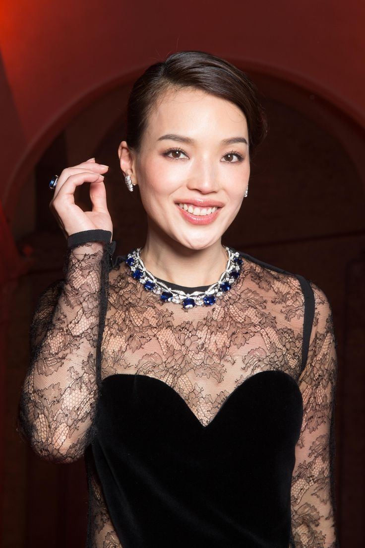Shu Qi at Bulgari Festa event in Venice, Italy, June 2017. Shu wears sapphire and diamond Bulgari high jewellery necklace, diamond earrings and sapphire ring. Black lace dress. For more Bulgari style: http://www.thejewelleryeditor.com/brands/bulgari/