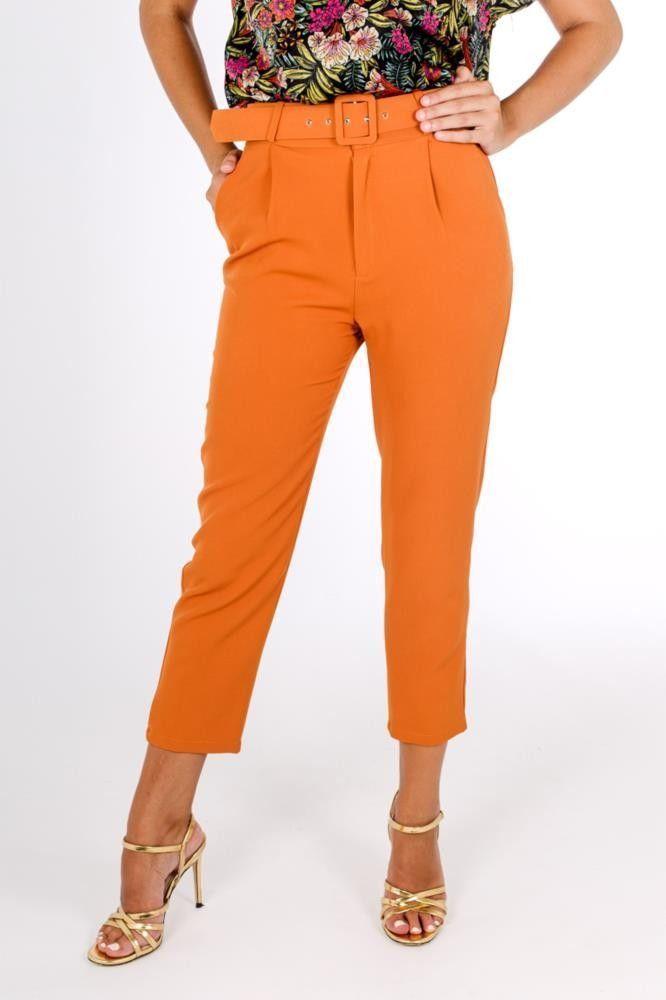 6e92ee95be Pantalon de tiro alto con cinturon combinado en el mismo color disponible  en negro