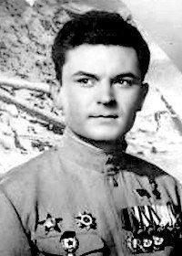 К началу войны Сергей Бондарчук уже успел закончить училище и какое-то время поиграть в труппе театра. Затем его призвали на фронт. Он прошел всю войну и демобилизовался только в январе 1946 года».