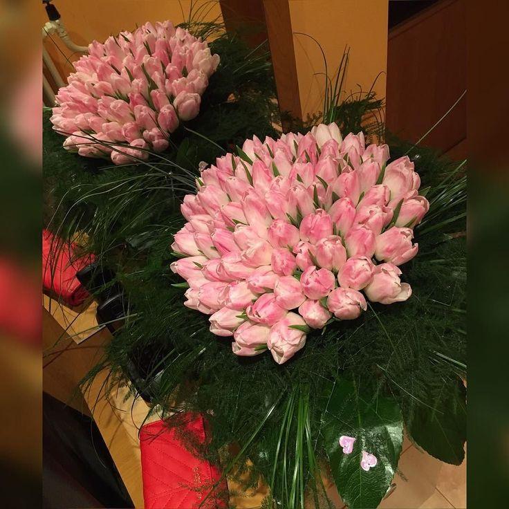 Dievčatá dufam že prežívate dnes krásny deň  a že každá z vás bola obdarovaná minimálne takou krásnou kytičkou ako ja  #flowers#tulips#happy#valentineday