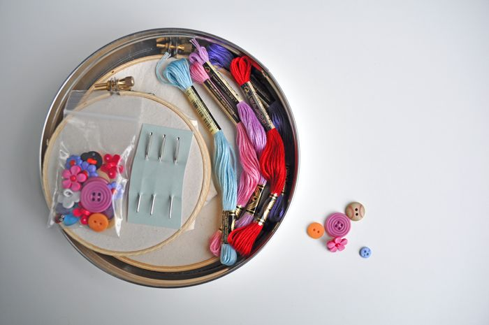 A little sewing kit for little sewersKids Personalized, Embroidery Kits, Sewing Projects, Kids Sewing, 700 465 Pixel, Kids Ideas, Projects Ideas, Altoids Tins, Curly Birds