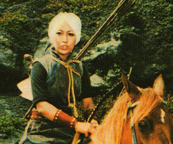 La femina prota as de las espadas