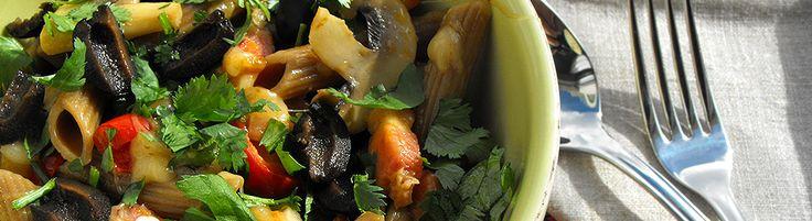 Macarronete com azeitona com bacon e vegetais