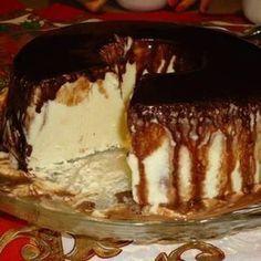 Receita de Gelado de Creme com Calda de Chocolate - 6 colheres (sopa) rasas de açúcar, 4 ovos, 1 lata de creme de leite sem o soro (deixe na geladeira), 2 l...